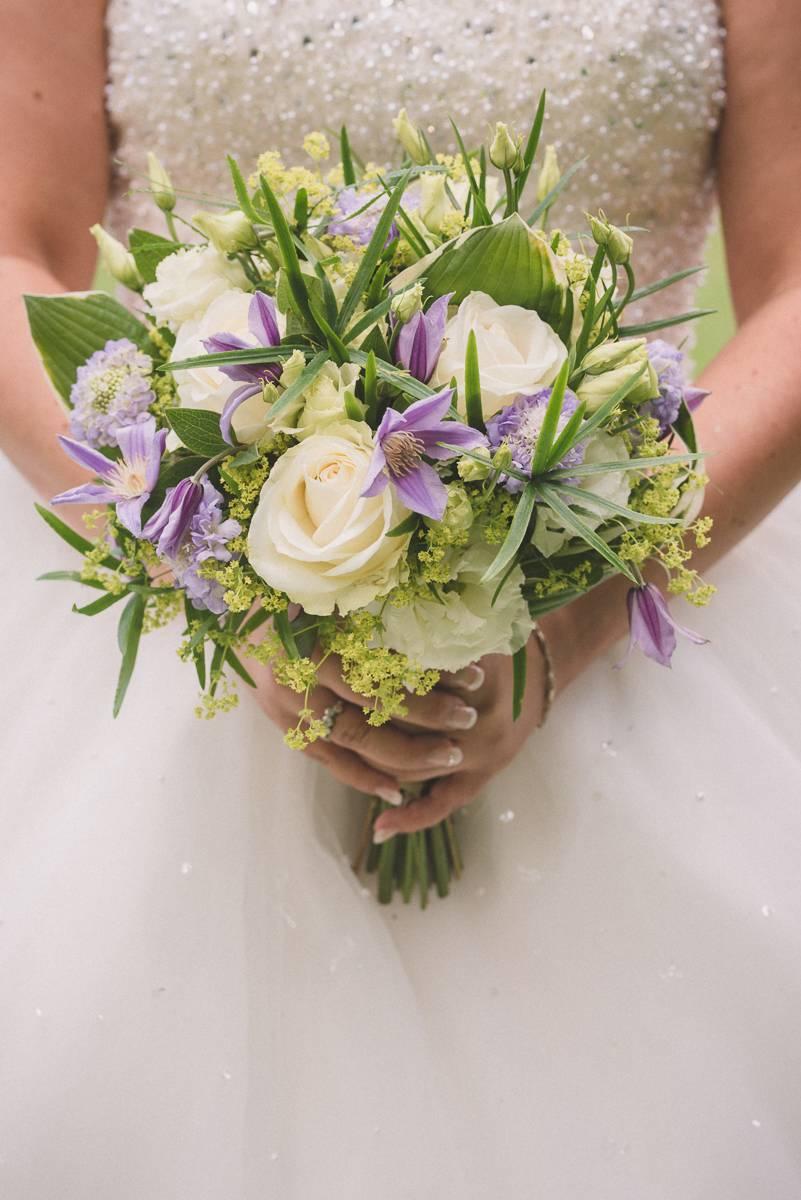 Photographe-mariage-annecy-bouquet-mariée
