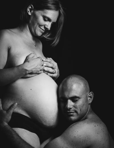 maman et papa-grossesse-studio-couple-noiretblanc-ombres