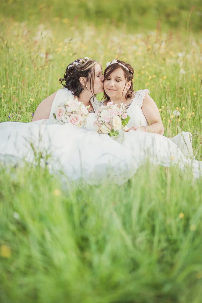 Mariage Emilie & Stephanie-Les mariées-Cluse-dans les champs